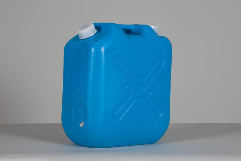 重いポリ容器を持って、彼の家まで120km。<br>二人の絆を結んだ水は、今も保管しています。
