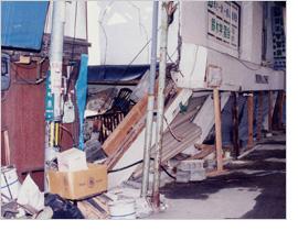 【写真】潰れた家屋